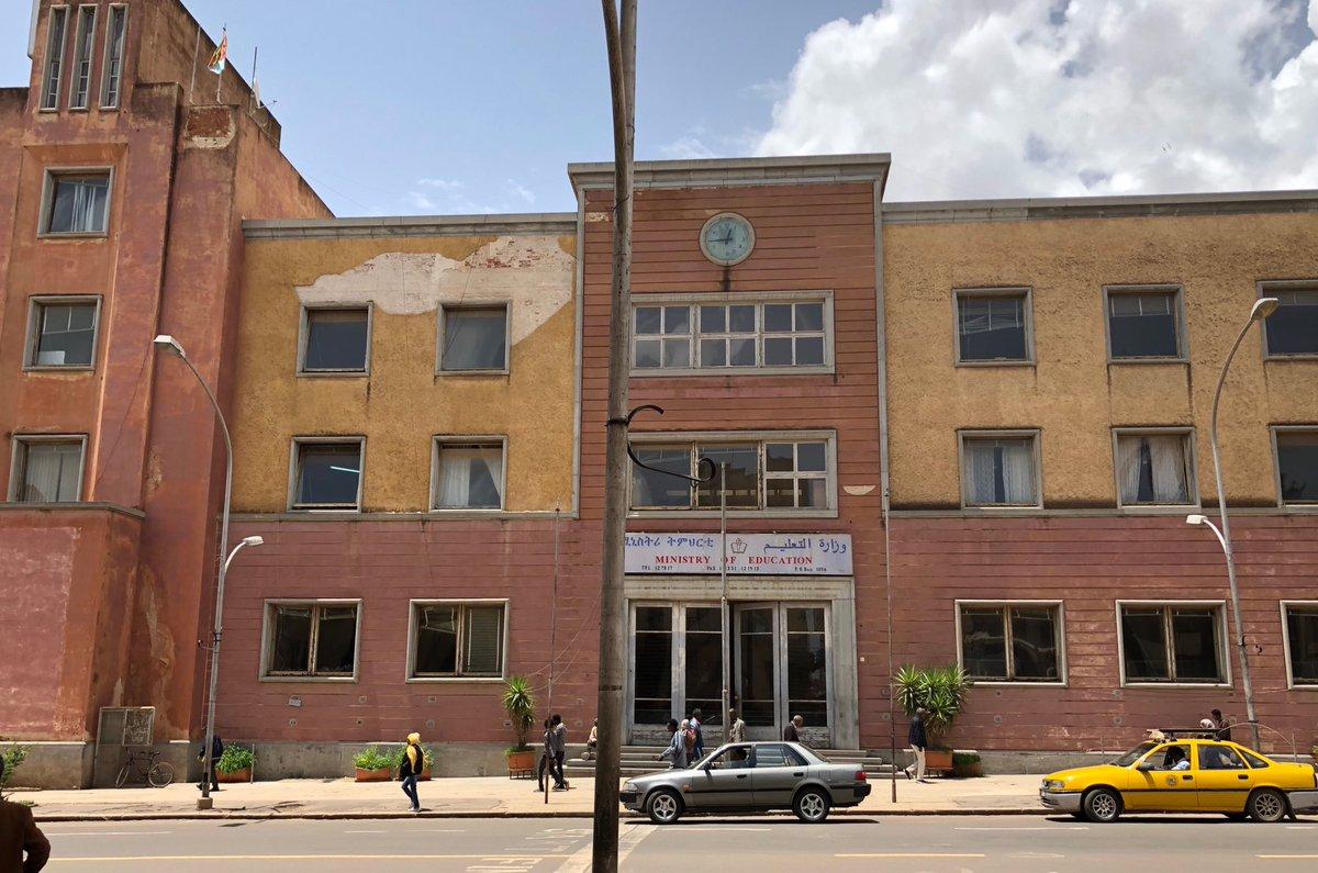 【エリトリア柔らかツイート(その2)反ファシズム庁舎】写真は首都アスマラ市内の教育省庁舎、ややピンクがかった色の壁は、アルファベットの「F」を横に倒した形、わかりますか?独立戦争当時を忘れることがないよう反ファシズムの意味を込め…