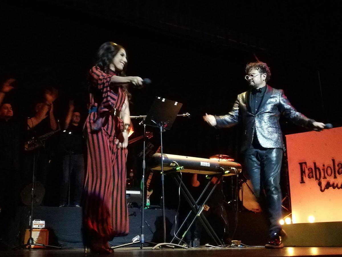 ESPECTACULARES En el escenario @fabiolasinger en el lanzamiento de su disco #MásAlla junto a su padrino el maestro @syntekoficial