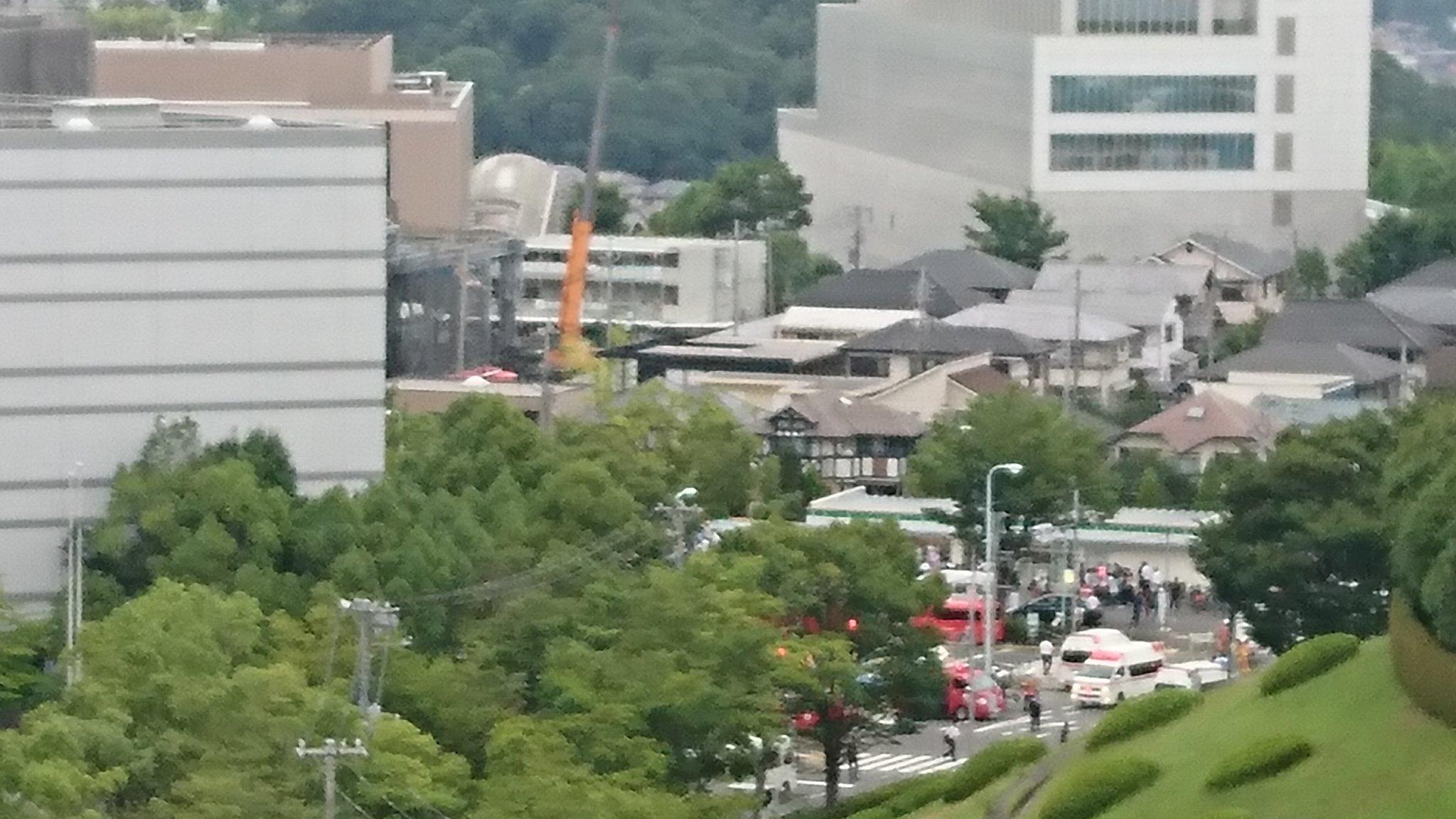 画像,唐木田で安藤ハザマが建築中のビジネスビルで火災。消化活動中。尾根間通行止め。地下の塗料が火元か?作業員さんたちの無事を祈る。 https://t.co/IMs2…