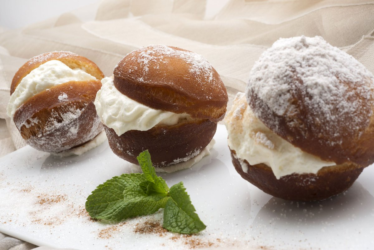 VÍDEO   Receta de las clásicas berlinesas o bombas rellenas de nata ➤ https://t.co/LKGEN4DYaM #cocina