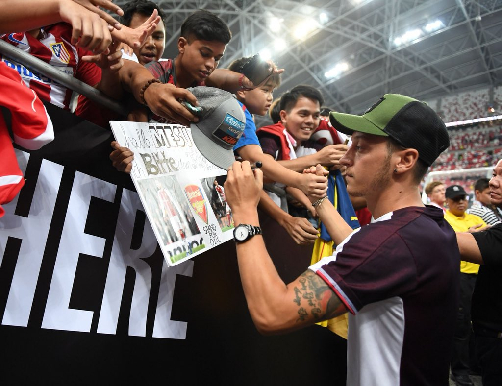 Thanks to the Gunners in Singapore for showing so much love tonight 🇸🇬🙏🏼 #M1Ö #COYG #YaGunnersYa @Arsenal