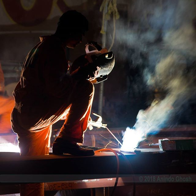 """""""Fires of Hades""""  Welder working the night shift at a construction site in Mumbai, India. .  #construction #industrialphotography #industrialphotographer #nightshift #constructionworker #welding #lowlightphotography #nightphotography #availablelightphoto… https://ift.tt/2LXh8Dapic.twitter.com/Quik4if0z0"""
