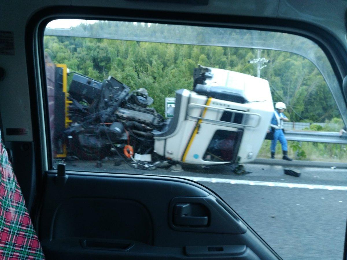 阪和道の事故でトラックが大破してる現場の画像