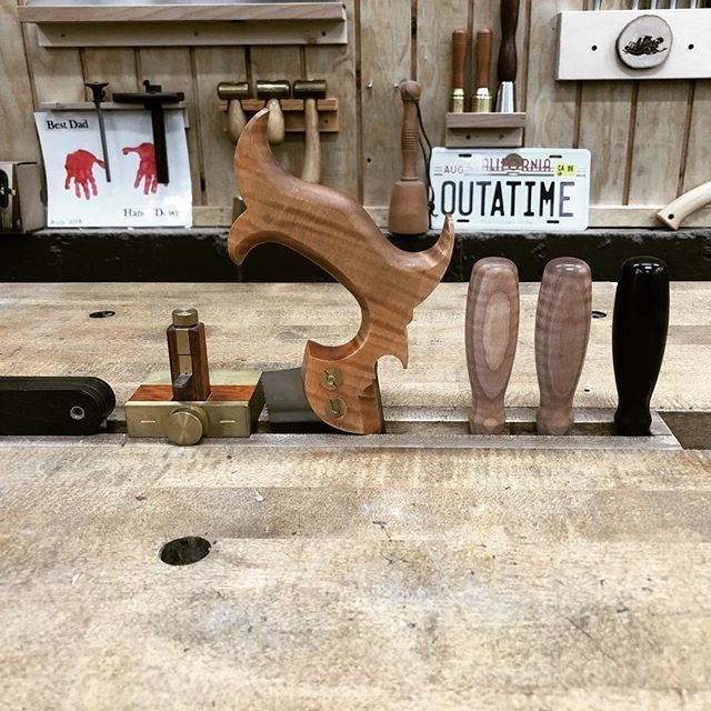 One of the best features of the split top Roubo: storing tools in the gap stop while working at the bench. #roubo #woodworking #splittoproubo #workbench #shopstorage #finewoodworking  https:// ift.tt/2AgqRmT    <br>http://pic.twitter.com/uVwaGmMZyW