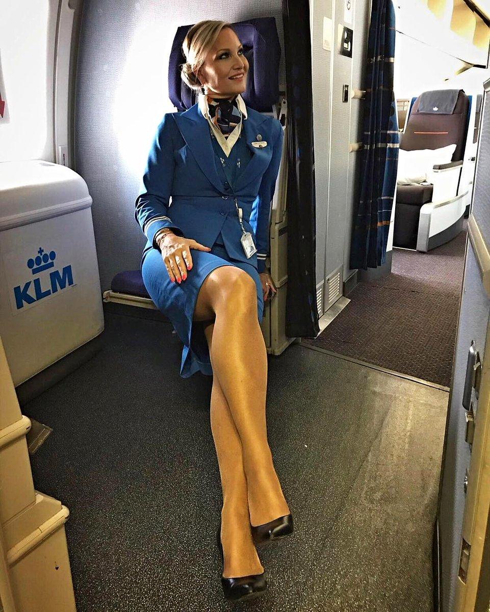 руки уже стюардессы показывают ножки что сегодня