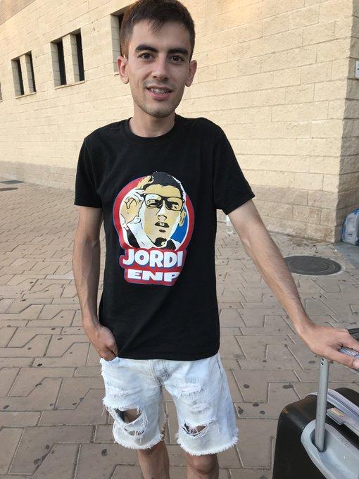 Jordi El Niño Polla con una camiseta de Jordi El Niño Polla manchada de corrida. Nada nuevo 😜 https://t