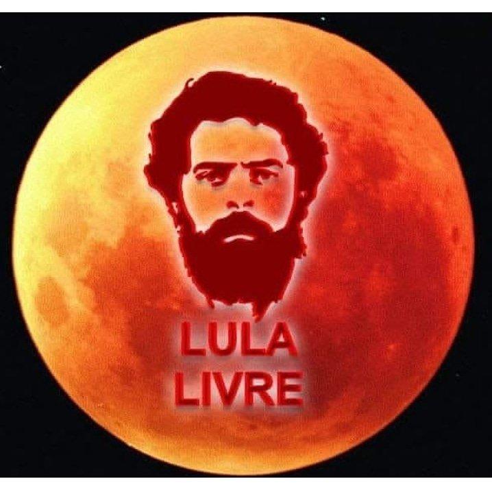 A lua vermelha está linda hoje, não está? #EclipseLunar