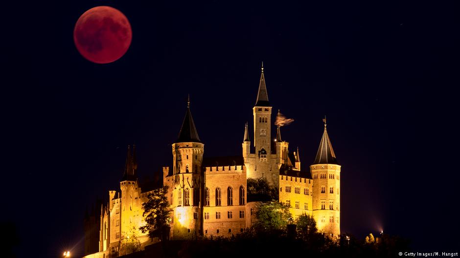 Here are is the #BloodMoon as seen in Germany, namely next to the Hohenzollern castle: