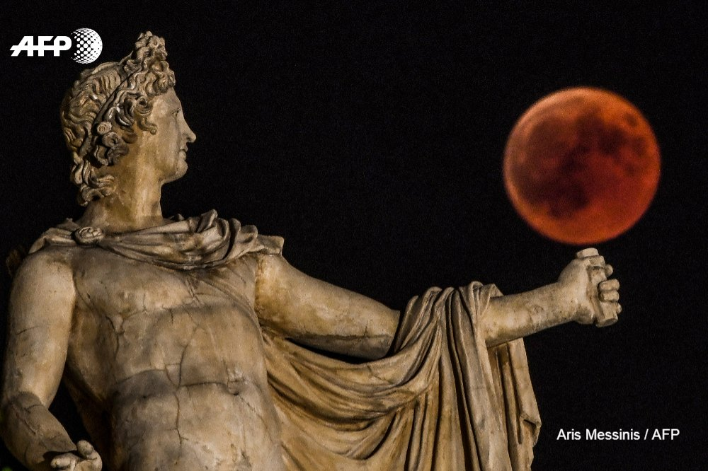 Ancient gods and goddesses appear to play with the 'Blood Moon' in Athens in a series of stunning pictures by #AFP photographer @ArisMessinis
