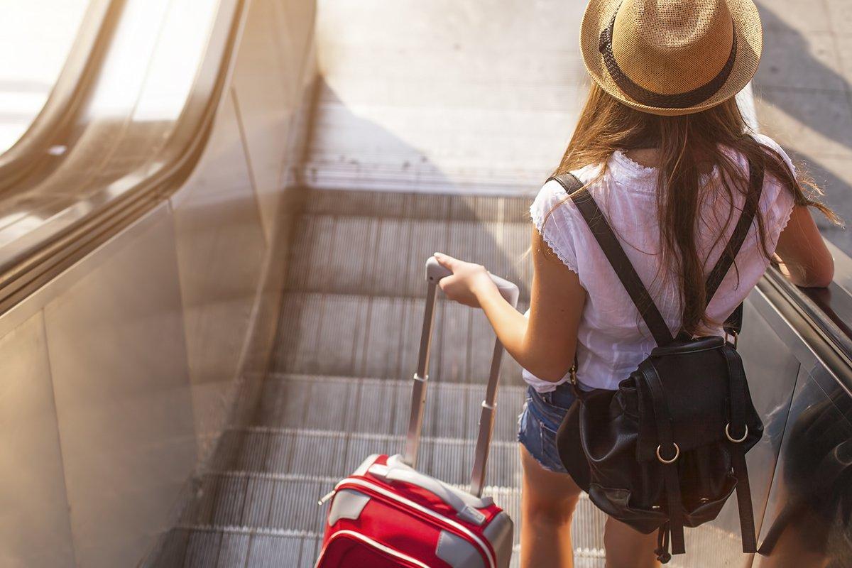 Картинки девушка на чемоданах