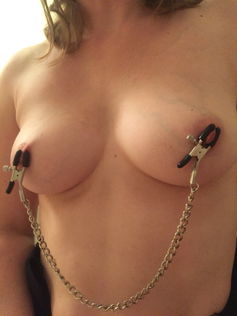 con-enanos-bald-pussy-nipple-clamps-asian