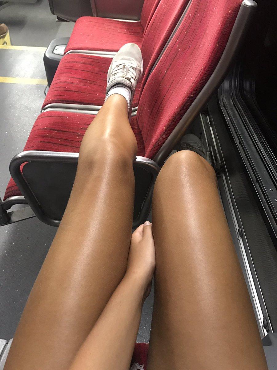 Девушки с загорелыми ногами