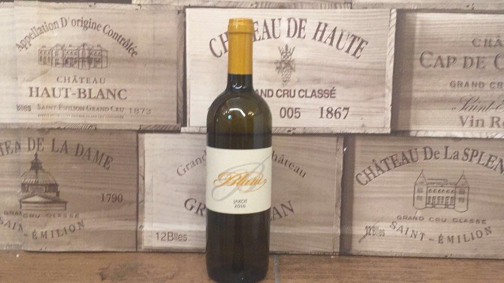 """Passiamo dal vino siciliano di ieri a un grande #vino dalla Slovenia 🇸🇮:  #BLAŽIČ #Slovenja #ZGP Brda """"#Jakot""""  2015, 12,5% Alc.Vol. Il calice 7€, la bottiglia 35€  #100etichette #winenot #vineria #winebar #apertiladomenica #liguria #slovenia #love #vinobianco #whotewine"""