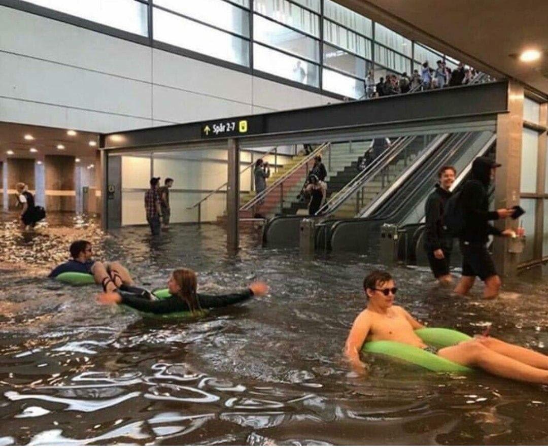 スウェーデンのウプサラ中央駅 大雨で駅が浸水したらしいけど 心配どころか元気でた