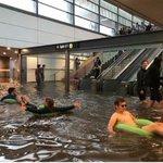 スウェーデンの駅が大雨で浸水?意外と楽しそうにしてる!