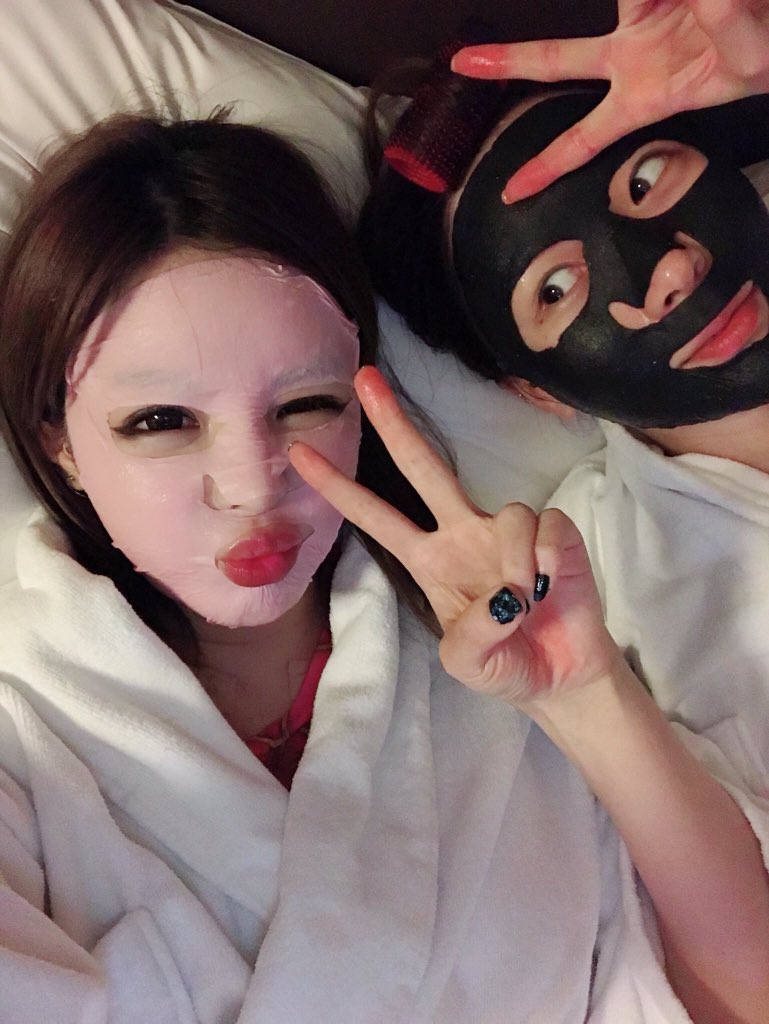 [IG & TWITTER] 180730 newharoobompark:  #2ne1 #박봄 #parkbom #롭스 #bompark #ぼム #朴春 ##بارك_بوم #나리팩 #우리아침부터1일1팩 #박봄관리     Face mask time for #PARKBOM and her makeup artist ^^