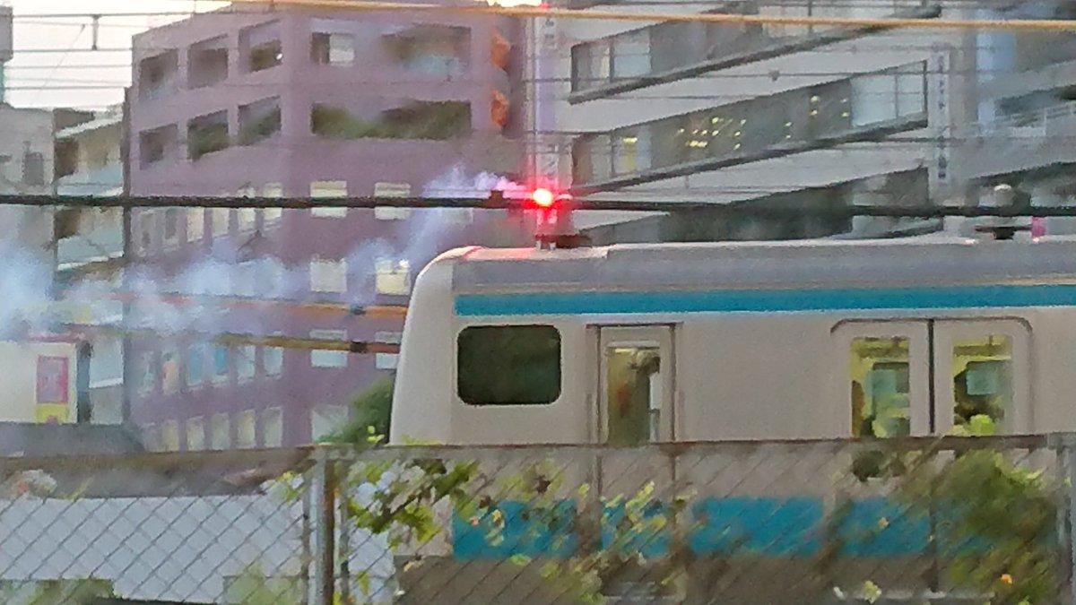 京浜東北線の電車で発煙筒がたかれている現場の画像