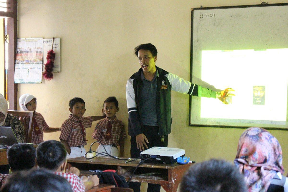 Mahasiswa KKN Undip sedang menjelaskan materi