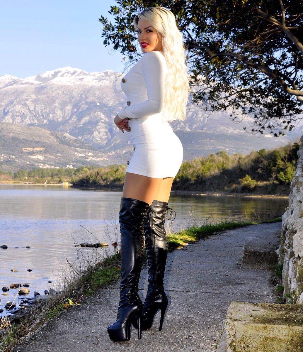 сюжеты, откровенные красивая блондинка в белых сапожках соц сети без плотного