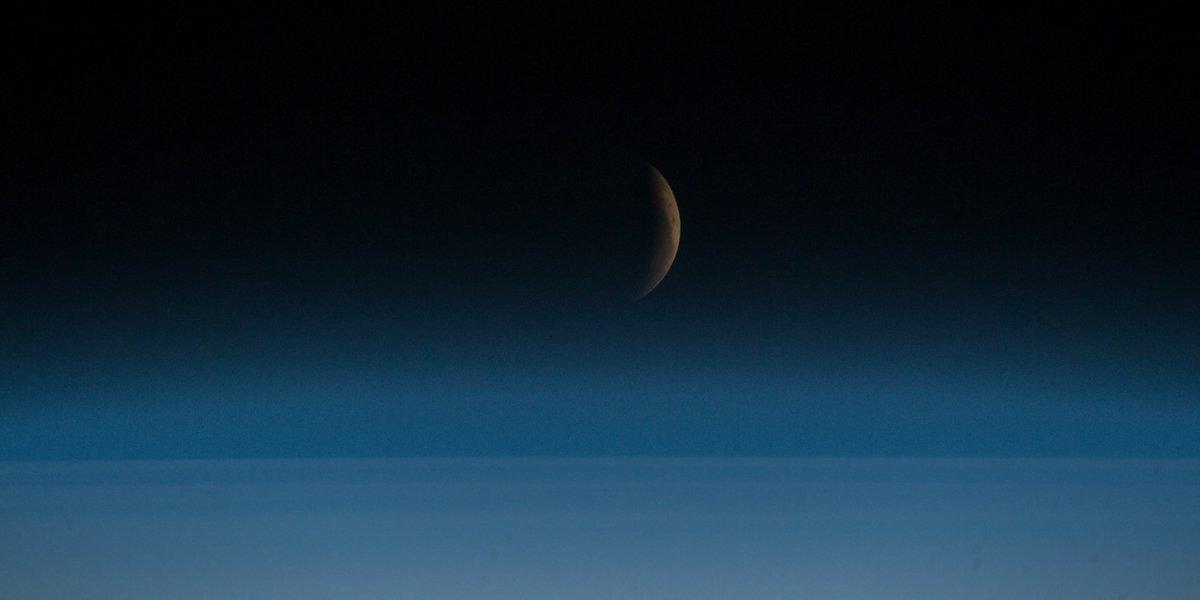 Bewölkt während der #Mondfinsternis? Nicht auf der ISS: @Astro_Alex liefert spektakuläre Aufnahmen vom #Blutmond. https://t.co/UYN8BfHhcY https://t.co/d7k3sx7pv6