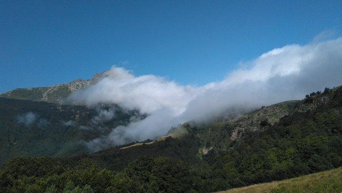 Fotos de este martes por Larra Belagua hasta la piedra de San Martín. Cara sur hacia Isaba más despejado y calor, y hacia el lado francés fresco y nublado @eguraldiaETB @Euskalmet @AEMET_Navarra @AEMET_PaisVasco @JuneAnsoleaga