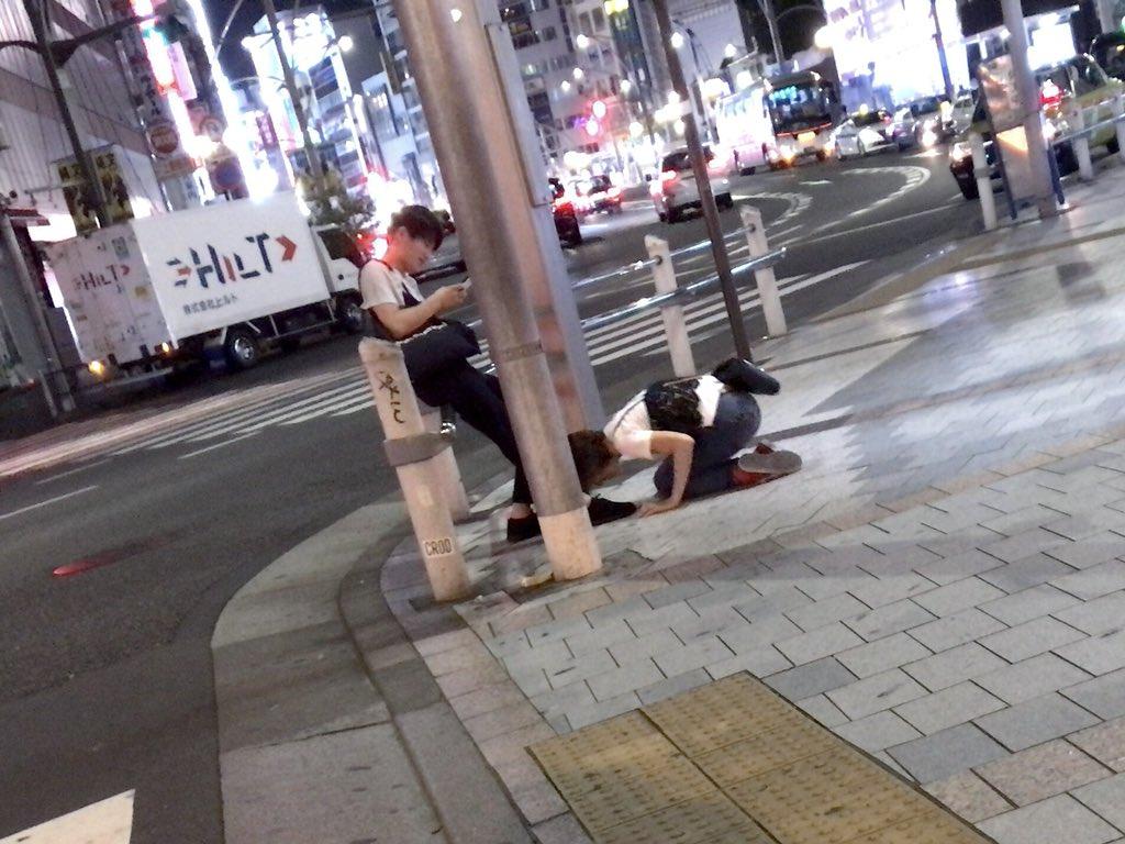 東京都内の公共の場で男性が女性に土下座させている画像