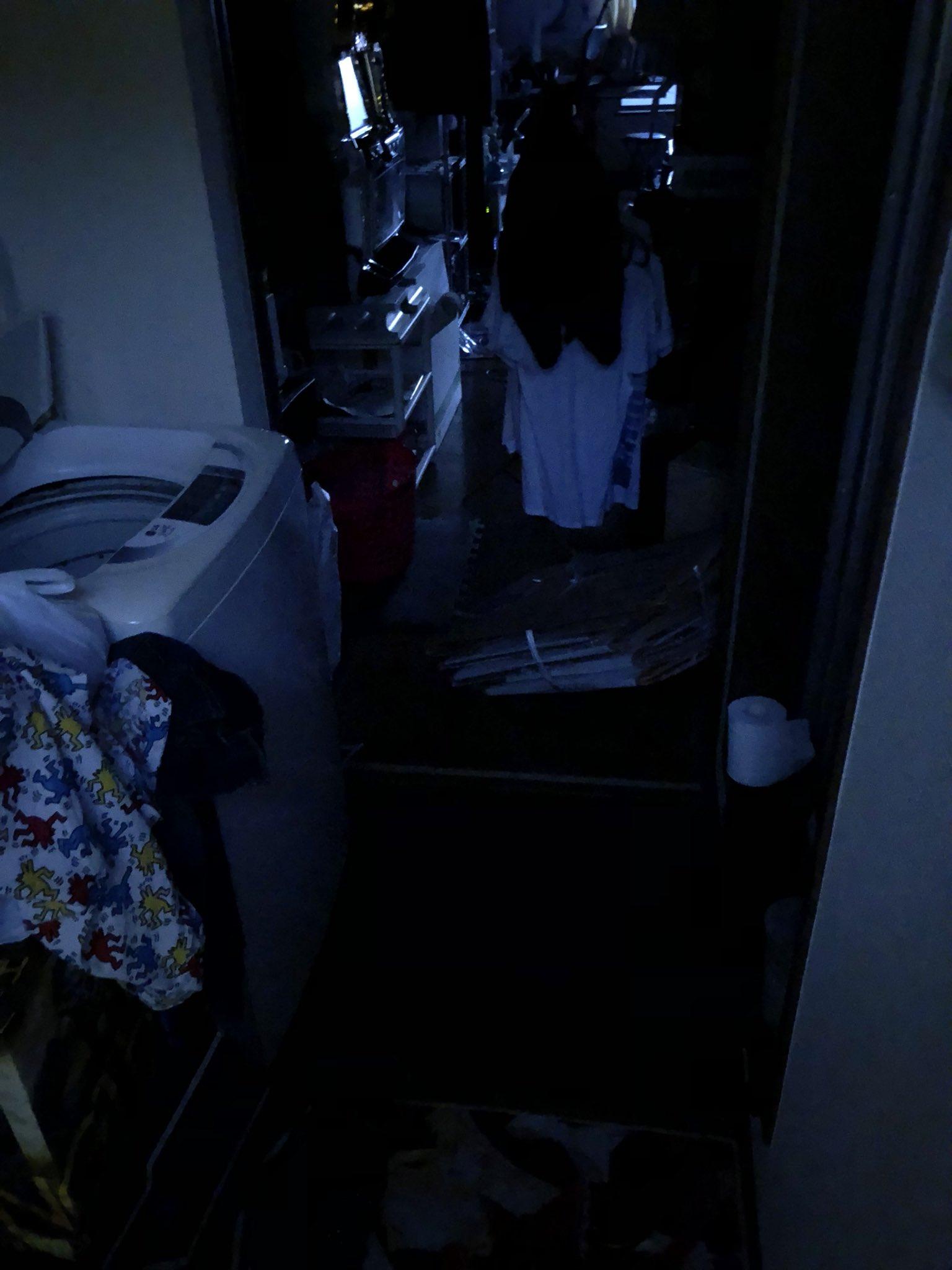 夜勤で帰ってきて玄関開けて、マジで貞子だと思って心臓止まりかけた 誰だよこんなふうに脱ぎ捨てて仕事行ったの(俺だよ)