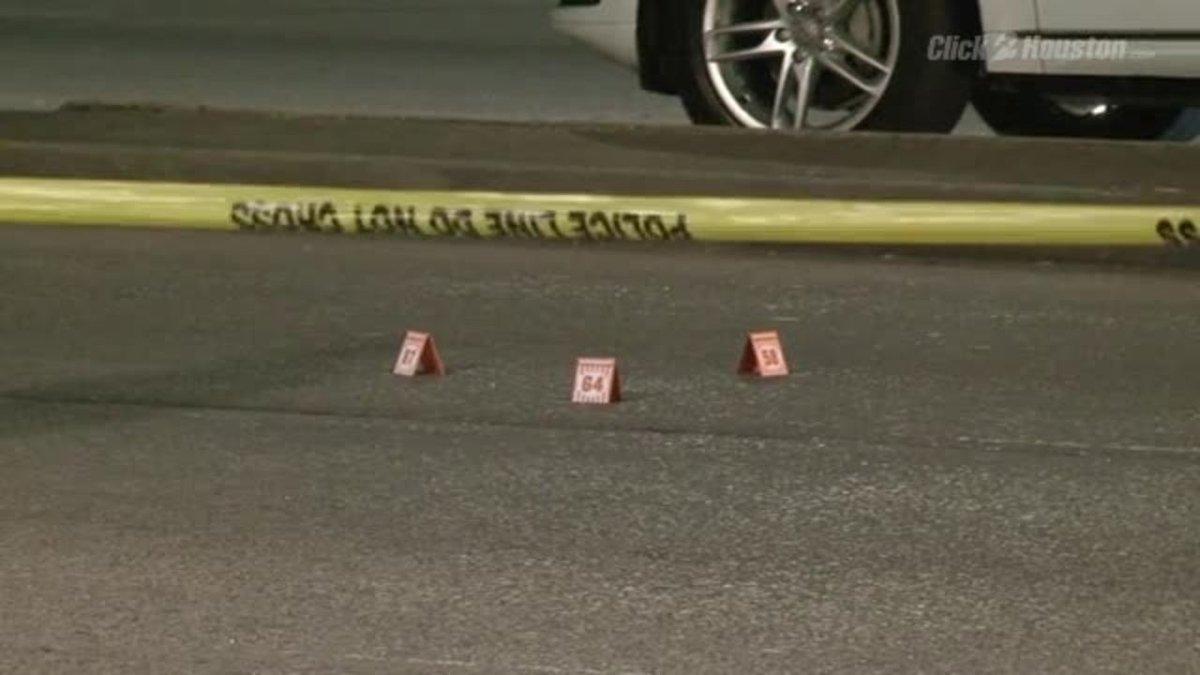 去年的新闻,够笑一年的:休士顿警方要求警员在犯罪现场标记犯罪物证时,不得再使用汉堡包连锁品牌 Whataburger 顾客排队等餐用的小牌子!警方解释说警员会用手头现有资源来做标记,等餐牌子是其中之一。很难想象休士顿这样的大城市警局也缺资源 #美国那些真事 https://t.co/sr5xwuJvrG 1