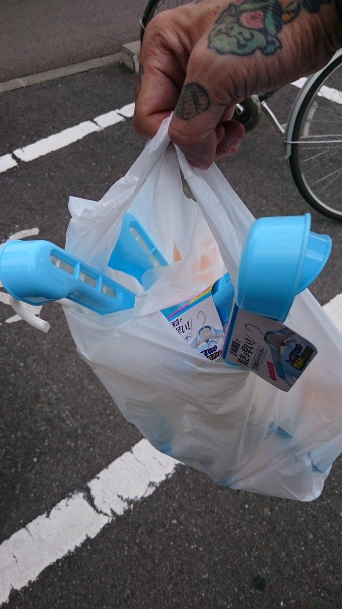test ツイッターメディア - おっ #忍者 #刀 いやいや #100均 だからって こんなのばっかり(笑)  ん? きちんと揃えて #買い物袋 に入れてくれたら 持ちやすいですよね? それか もう少し大きめの袋? もしくは 完全に客に袋に入れてもらったらいいのにな? ん? #優しさ だよね #セリア #Seria https://t.co/nZGlNjLNAR