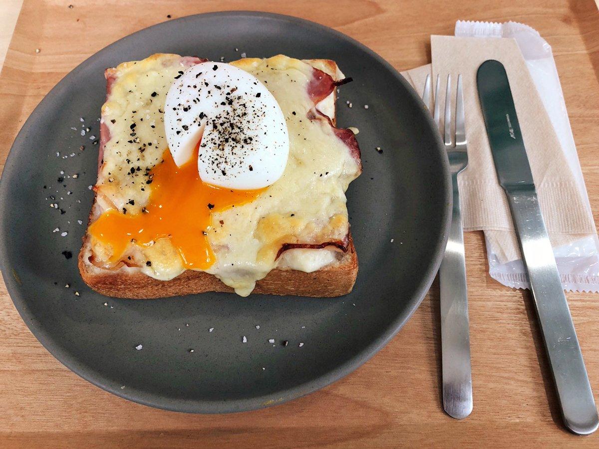 【Coffee Wrights】 @東京 田町  半熟卵とチーズがマッチした「クロックムッシュ」を食べられるお店。 とろとろな卵黄がトーストの表面に流れ込んでいる姿は食欲をそそります! 濃厚なチーズとも相性ばっちりで、厚みのあるトーストは食べ応え抜群です✨