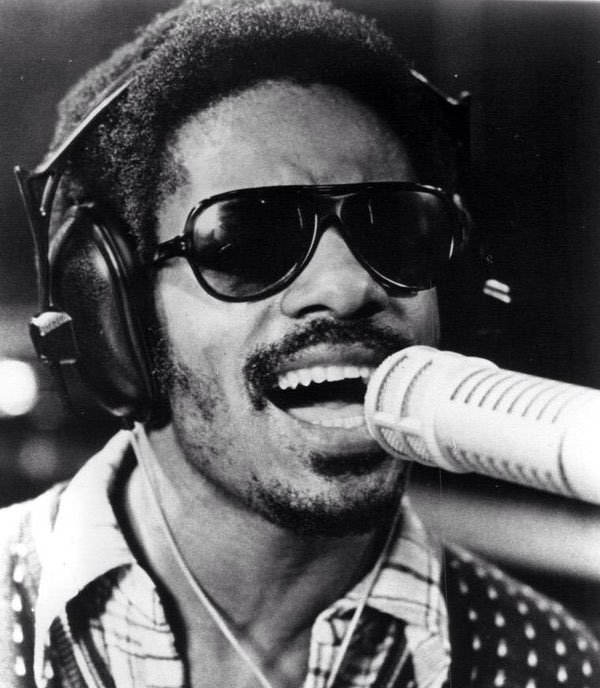 1975 : Stevie Wonder Remains Loyal to Motown; Inks Record Contract