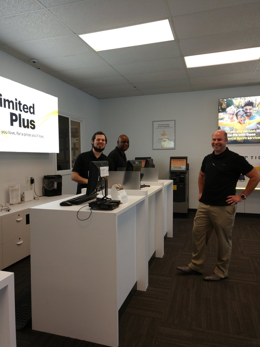 Iu0027m In The Davis Hwy Sprint Store! If Youu0027re In Pensacola Come And See Us!  @MichelCombes @tracySprint @DustinRiekeberg @Callmemrsprintpic.twitter.com/  ...