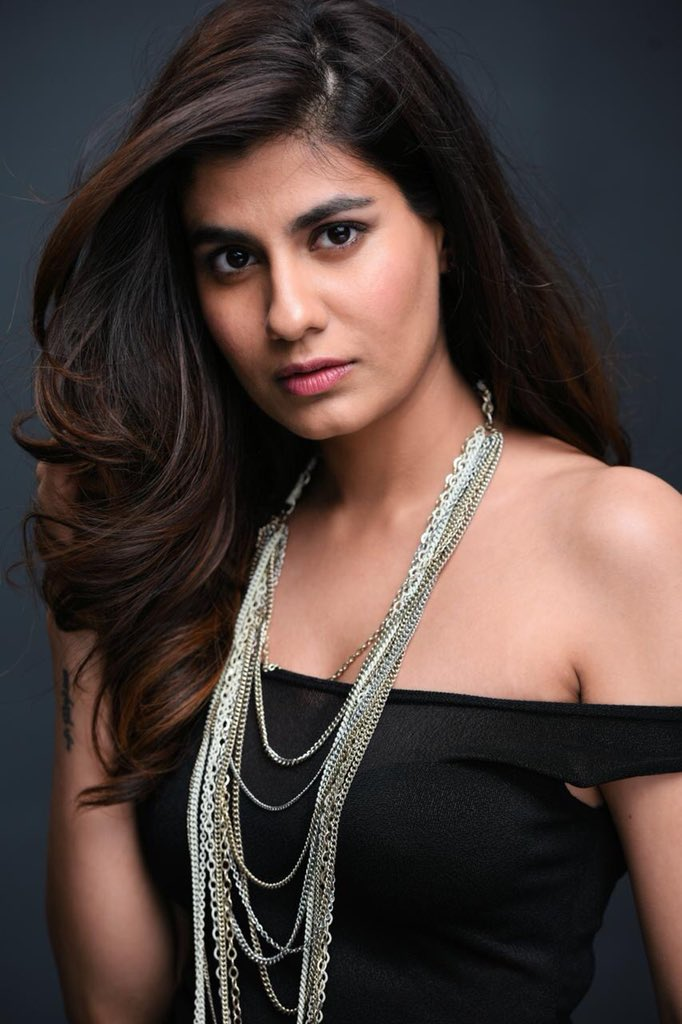 Confirmed : #ShreyaDhanwanthary signed as the female lead for the @emraanhashmi starrer #CheatIndia