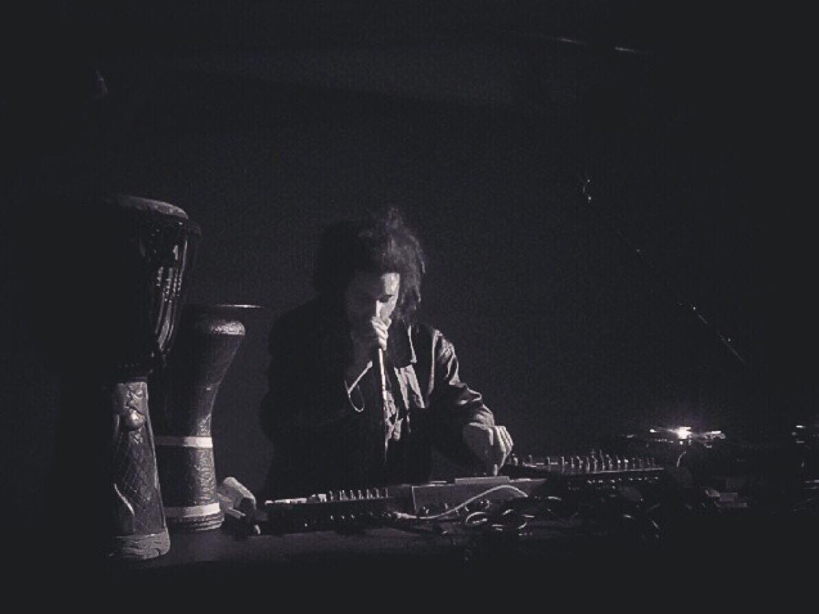 GIG   MO KOLOURS • With a constant smile throughout his set, he strode up and down behind a table decked out with an MPC, some effects units, a CDJ and various esoteric percussive instruments, plus a couple sets of hand drums. • #pitchandsync #mokolours #gig #livemusic #music https://t.co/2cugiSssCo