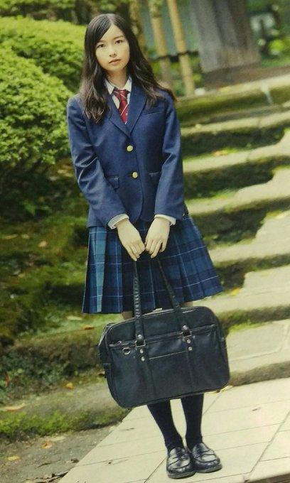 ミニスカート姿の佐々木琴子さん