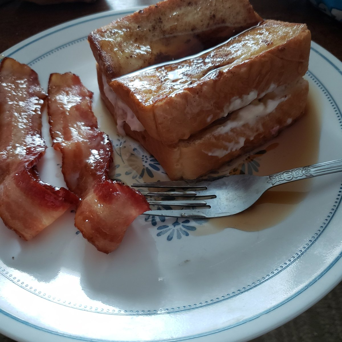 #breakfast #inlove #mouthgasam strawberry stuffed French toast and candied bacon yummy yummy https://t.co/zIu4g3hD99