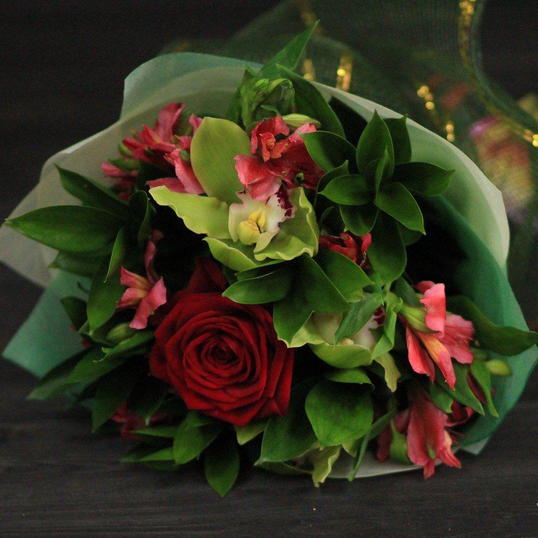 Для, букет с бордовой розой и зеленой орхидеей