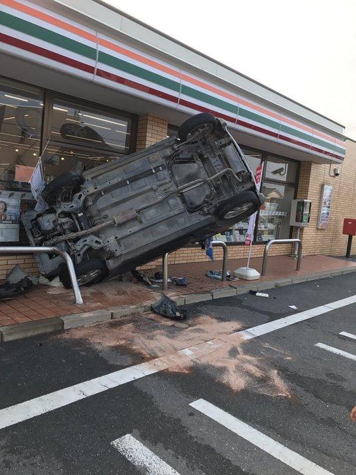 コンビニに車が突っ込むも何とかガードされる , Togetter
