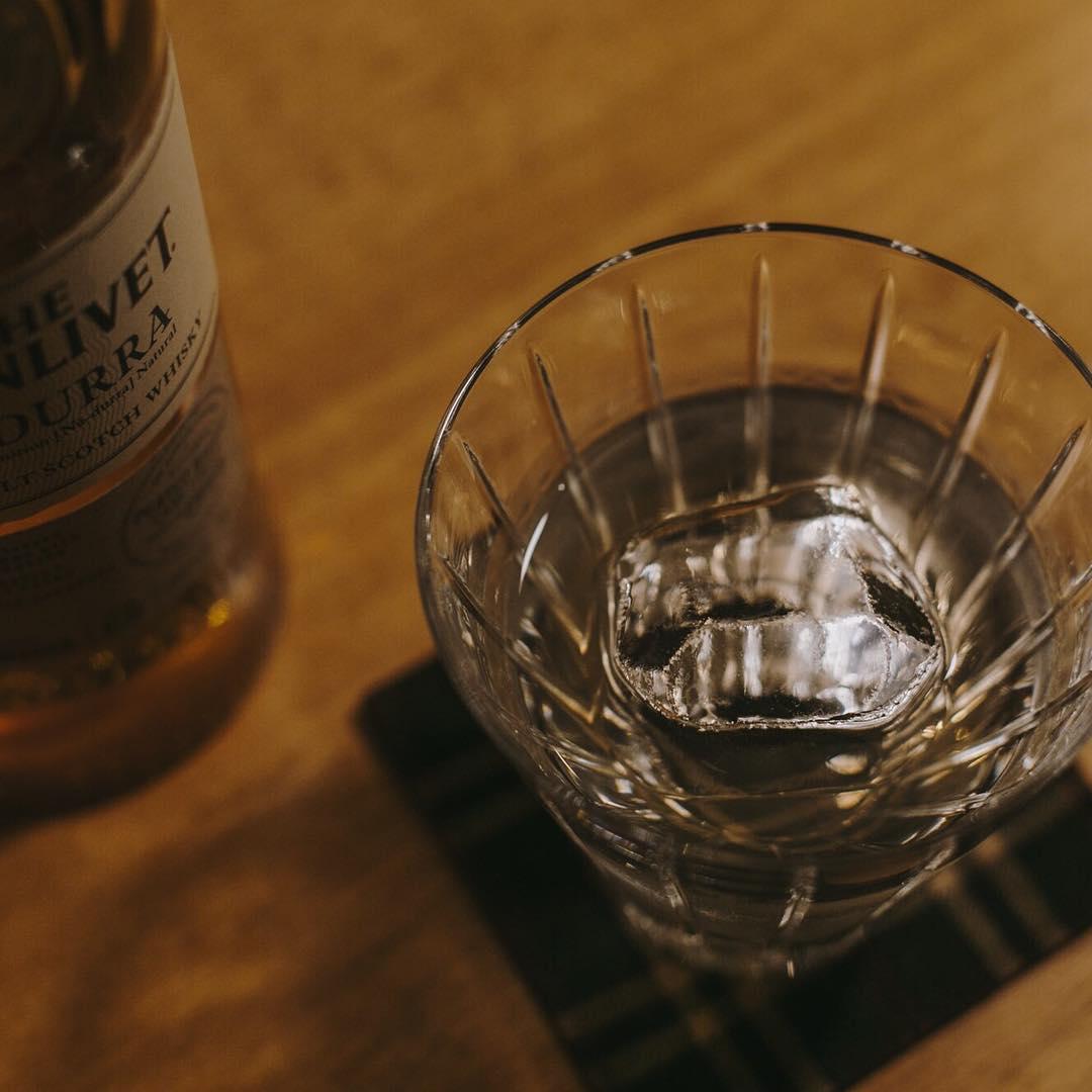 グラスと氷が、ウイスキーを演出します。  #ウイスキーオンザロック #オンザロック #ウイスキーグラス https://t.co/erFTH8tZet