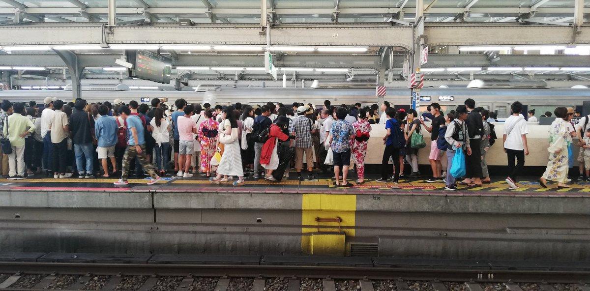 大阪駅のホームが混雑している画像