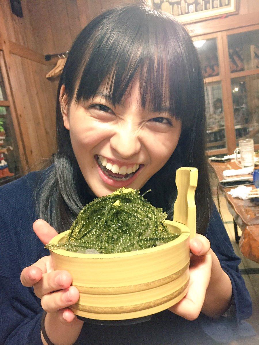 海ブドウを持った清井咲希