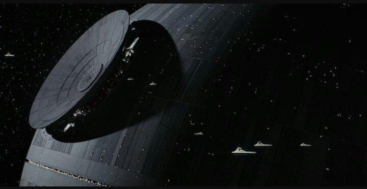 Perdón, pero ¿no se les hace La Estrella de la Muerte algo fascinante? Estructural y estéticamente hablando.