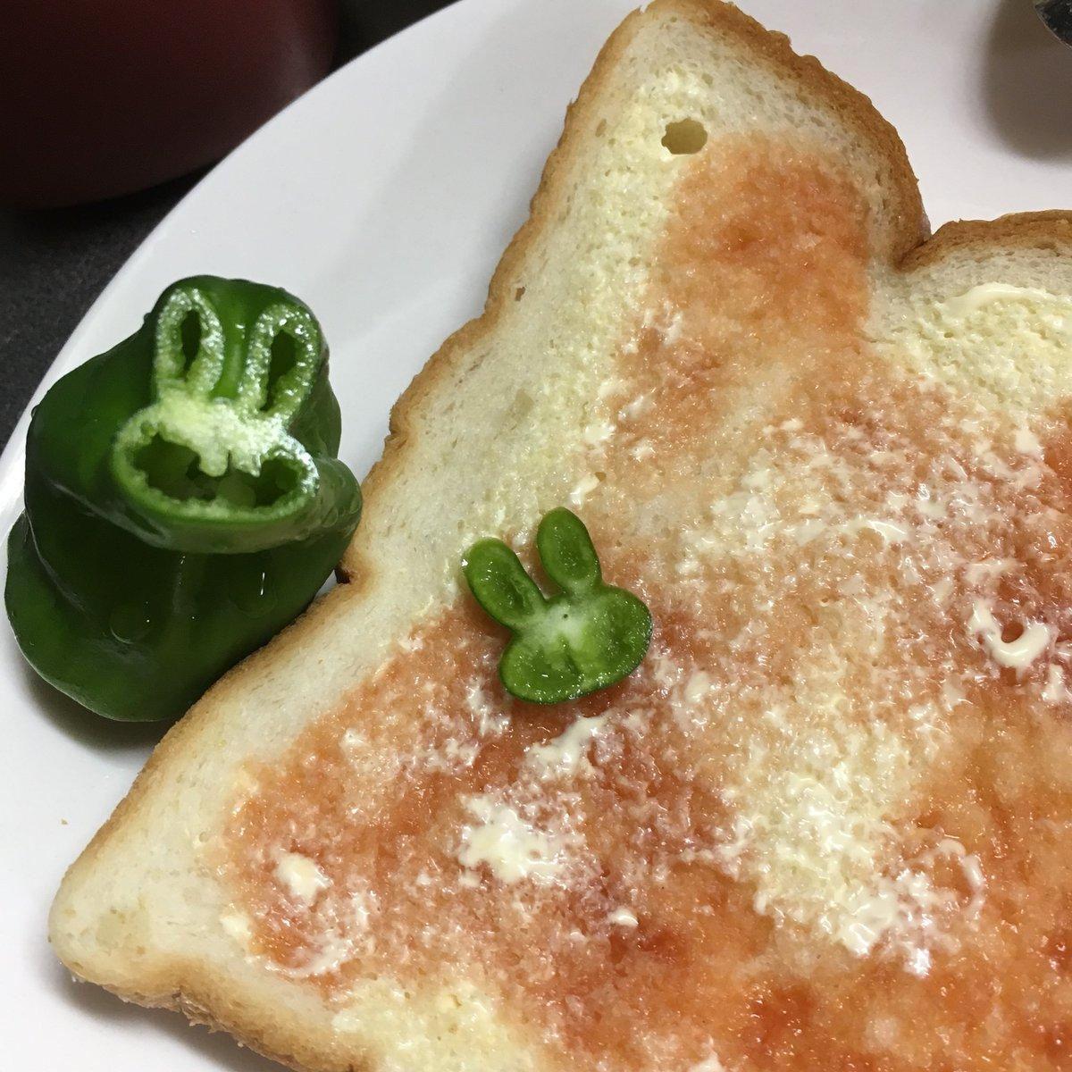ピザトースト作ろうと思ってピーマン輪切りにしたらなんか可愛いの生まれた🐰