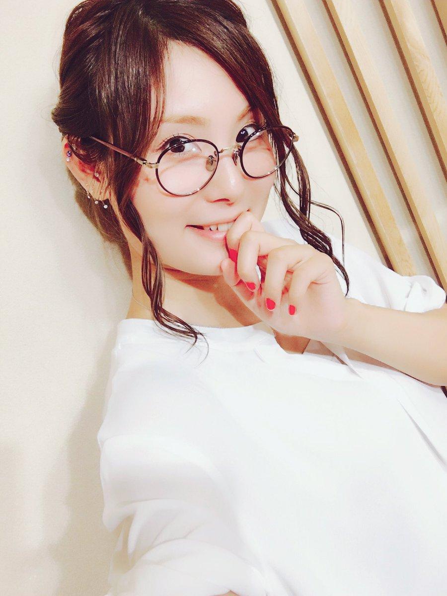 丸メガネをかける戸田めぐみ