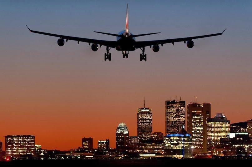 автомобиль шёл самолет летит на фоне города фото один