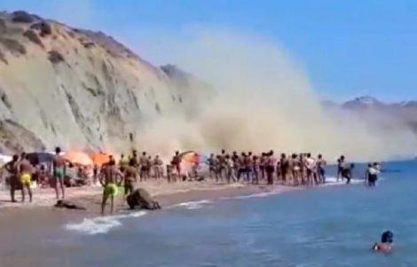 Paura al mare, si stacca un costone roccioso sulla spiaggia: bagnanti in fuga - https://t.co/7qBQ3IFNv2 #blogsicilianotizie