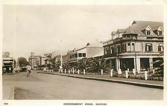 Government Road (Now Moi Avenue) in Nairobi in 1937. That is Khoja Mosque at the end of the road.<br>http://pic.twitter.com/35kRhWCehy