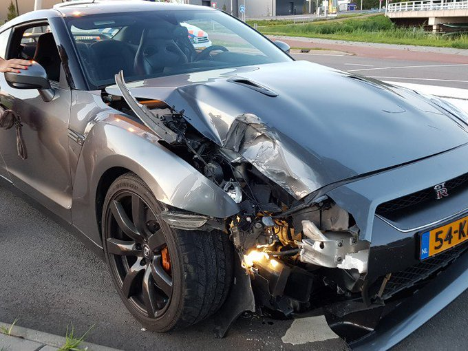 Eenzijdig ongeval met een sportwagen Nissan. Voertuig tegen lantaarnpaal aangevlogen. Geen gewonden. https://t.co/4R59a6A0Z6