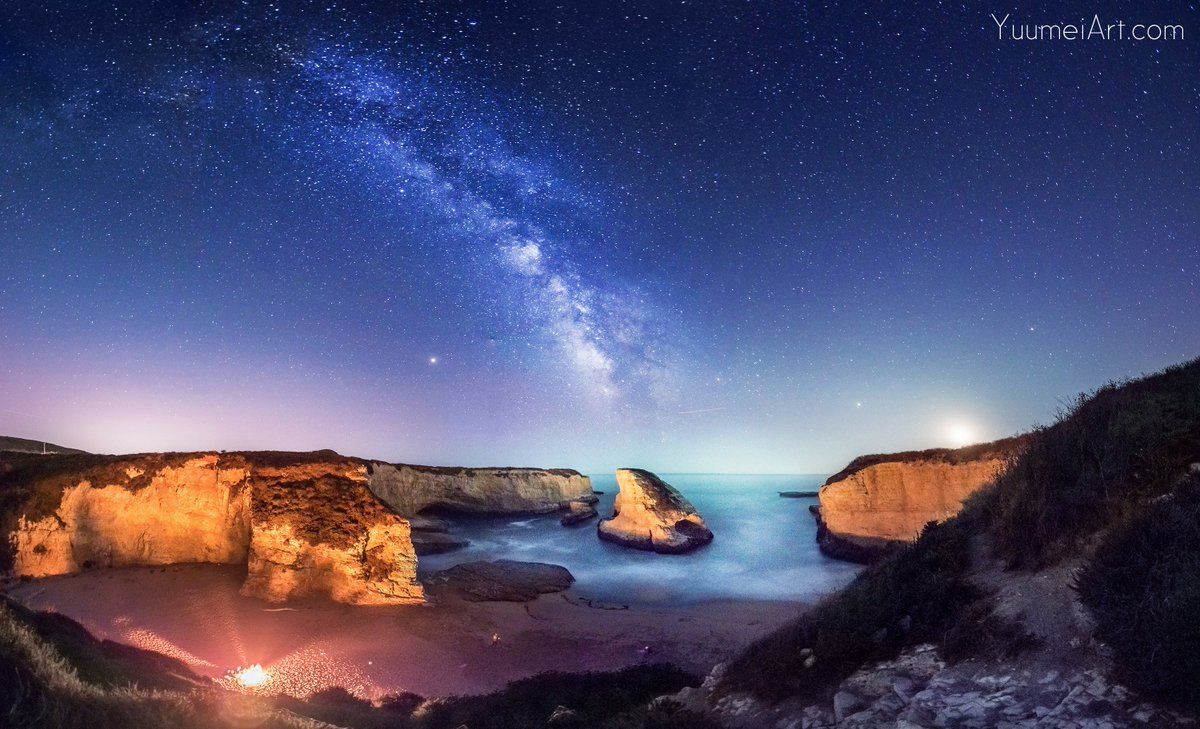 My SO and I took some photos of the #milkyway this Wednesday at Shark Fin Cove in California. It was amazingly beautiful under the stars and gazing up at the vast expanse. Some people on the beach had a bonfire which cast a shadow of us onto the shark fin rock. <br>http://pic.twitter.com/wPGYv8NIZp