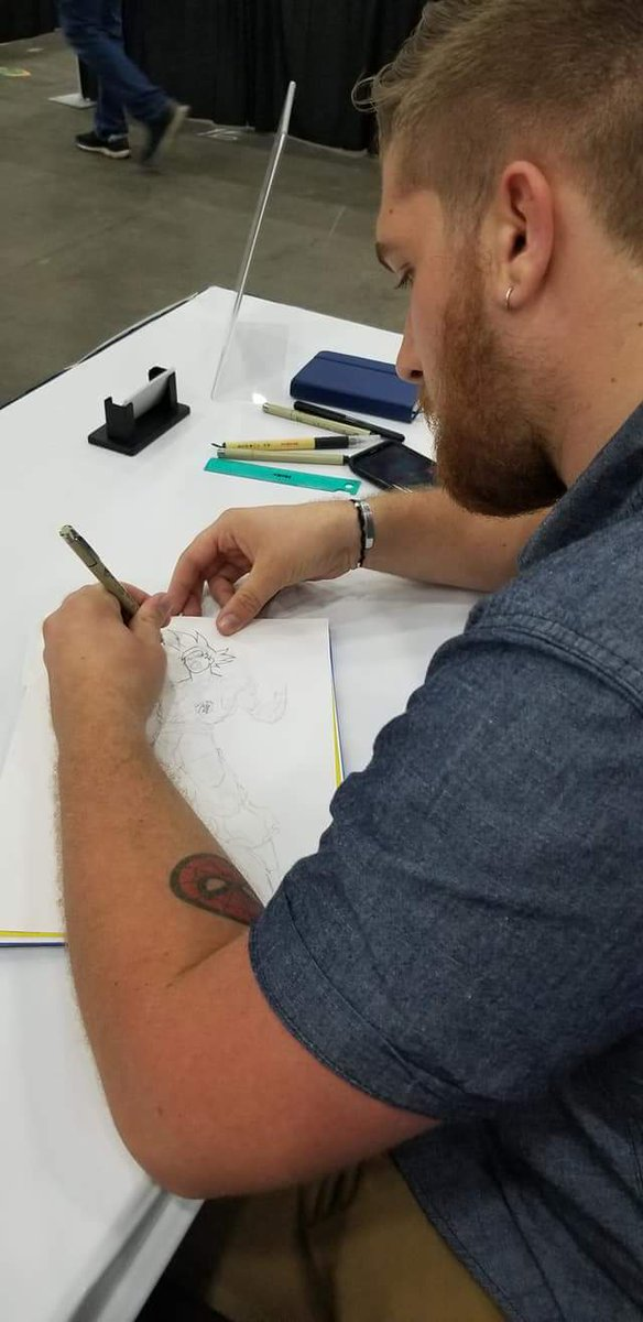 Got commissioned to draw Goku, interviewed for a YouTube channel, asked to arm wrestle, and made a decent buck while meeting new friends from here on twitter in real life.   I&#39;d say that&#39;s a successful first day of my first ever comic con. <br>http://pic.twitter.com/8IaDzDUVm5